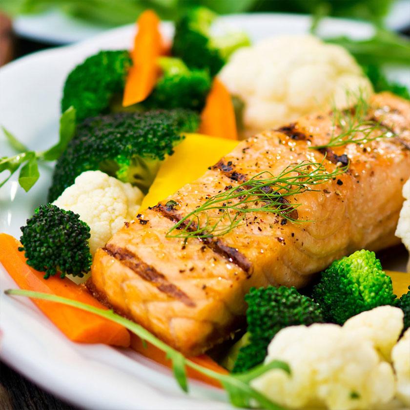 Salmon-a-la-plancha-con-coliflor,-brocoli-y-zanahoria-al-vapor- dieta keto-Nutricional-recetas