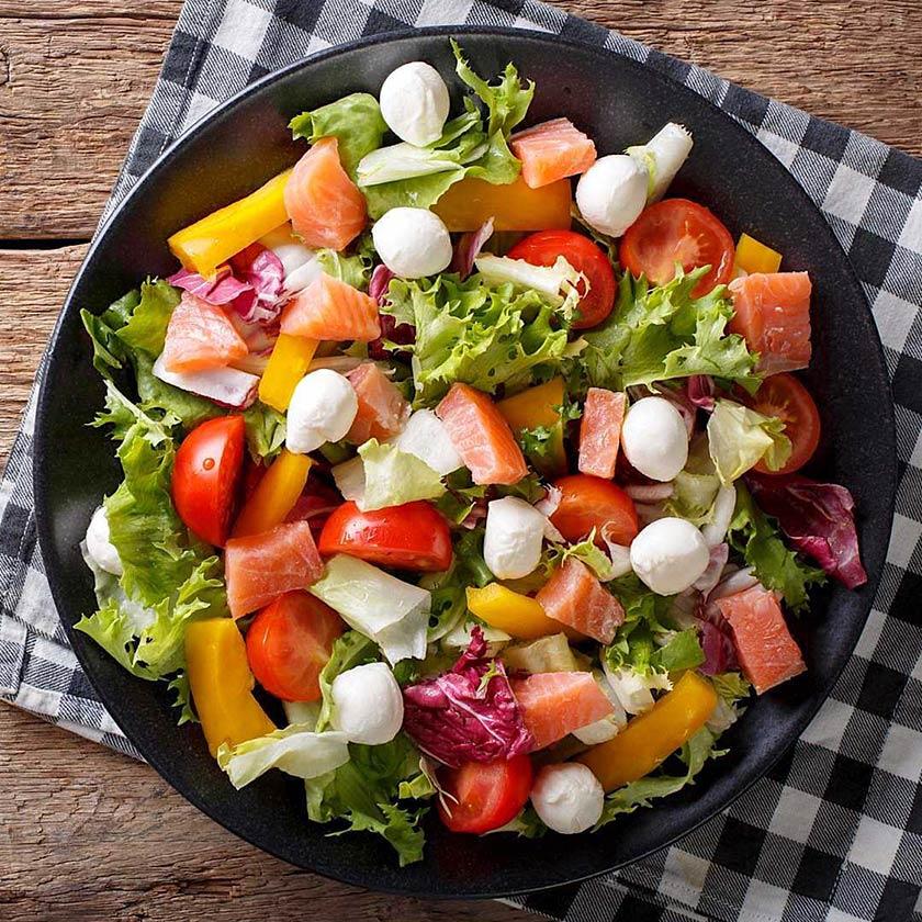 Ensalada-de-salmon-mozzarella-tomate-pimiento-lechuga