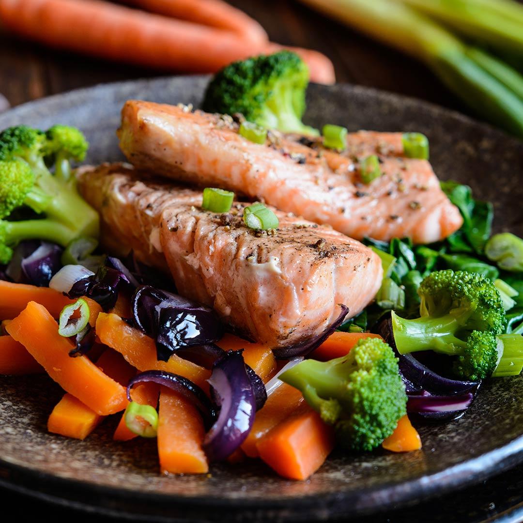 Salmón al horno-salteado-de-brócoli-zanahoria-cebolla-morada-recetas-IND